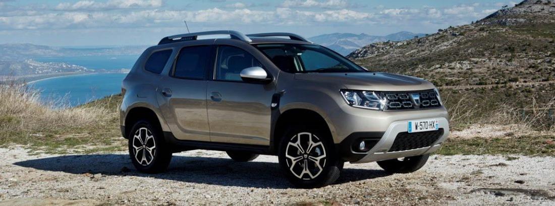 Dacia Duster aparcado en un camino con el mar al fondo