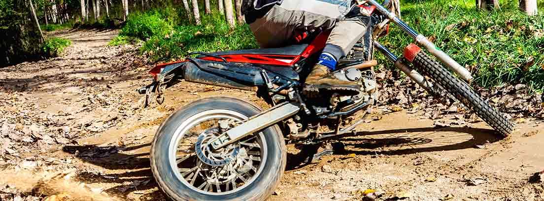 Motorista de Cross equipado con una faja para moto