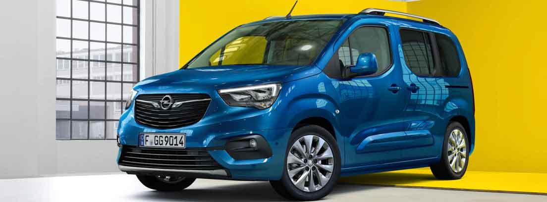 Vista frontal de un Opel Combo azul.