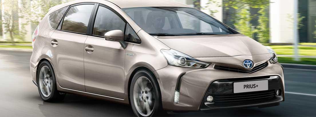 Toyota Prius+ en gris circulando por una carretera