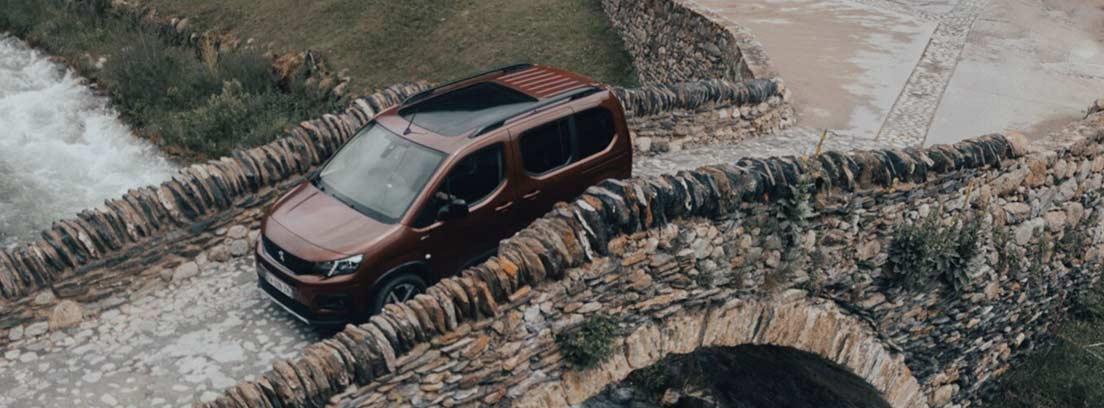 Peugeot Riffer sobre un puente de piedra