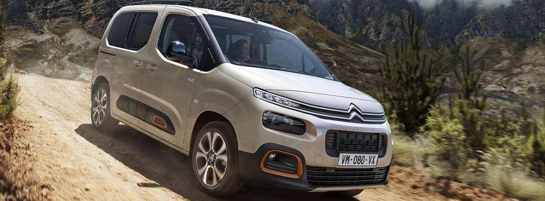 Citroën Berlingo gris circulando por una carretera
