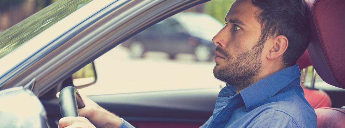 hombre sentado en un coche con miedo a conducir