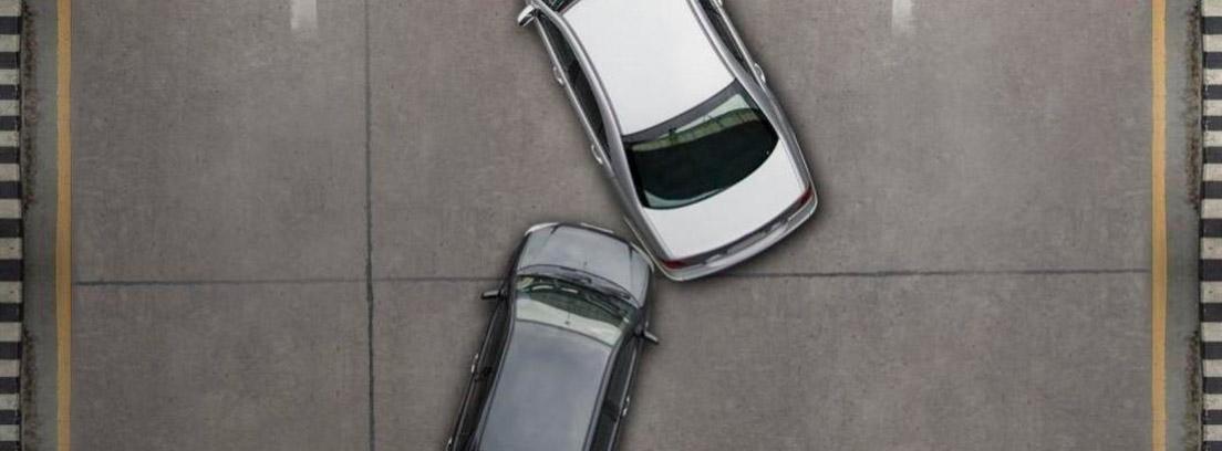 Vista superior de dos coches colisionados en una carretera