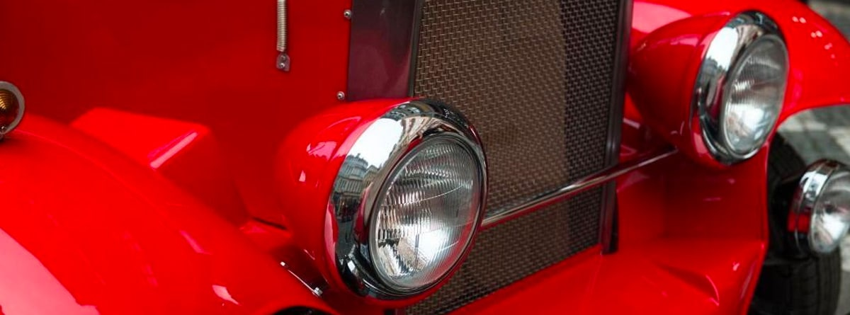 Faros de un coche antiguo rojo