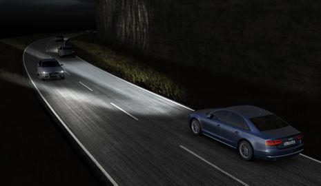 dibujo de dos coches cruzándose por una carretera de noche