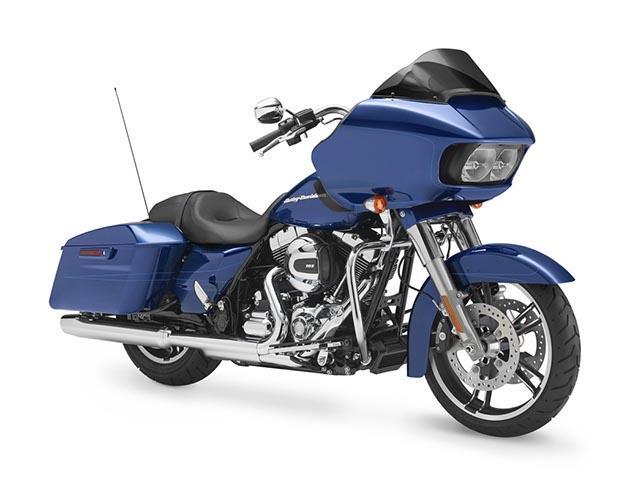 Harley Davidson azul con baúles laterales y antena