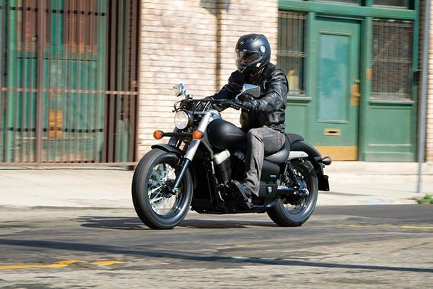 motorista sobre una Honda Shadow negra