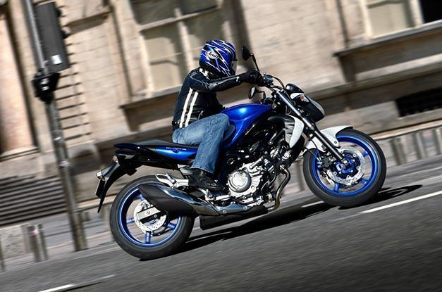 motorista sobre una moto custom 125 suzuki marauder en movimiento