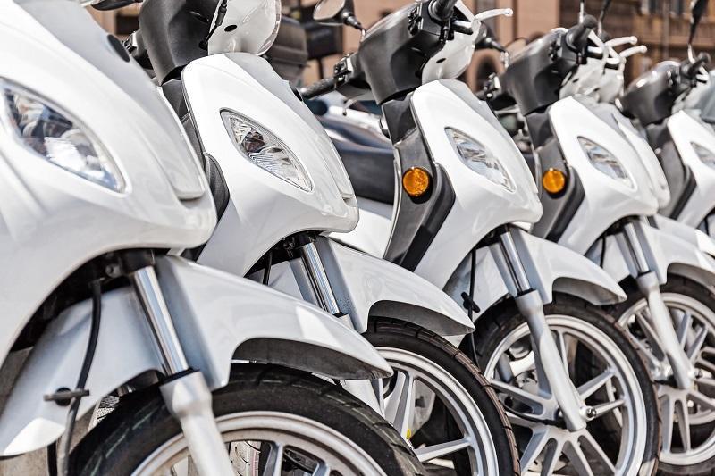 varias scooter de 125 puestas en fila