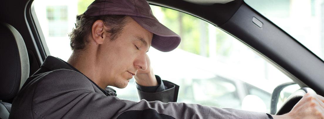 Hombre dormido al volante de su coche