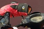 Manoplas de colores en el manillar de una moto