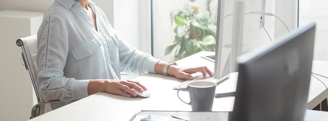 Mujer frente a un ordenador