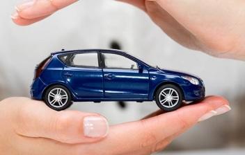 Manos rodeando un coche de juguete como metáfora de seguridad