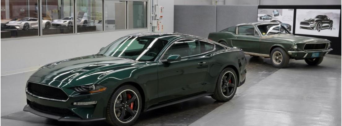 Dos modelos de Ford Mustang Bullitt en concesionario