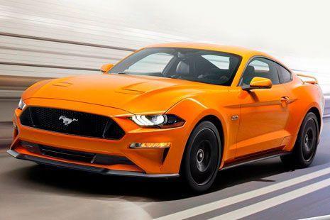 Ford Mustang 2018 amarillo en movimiento