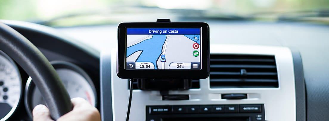 GPS colocado en el frontal de un coche