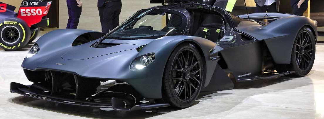 Aston Martin Valkyrie con las puertas abiertas