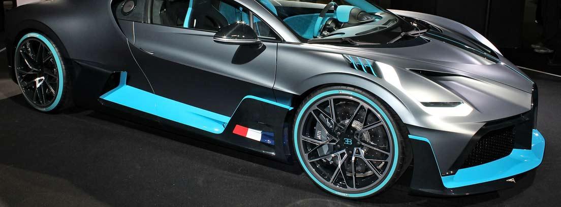 Bugatti Divo en azul y negro