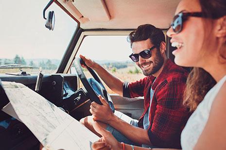 tener coche con una pareja dentro y un mapa para viajar
