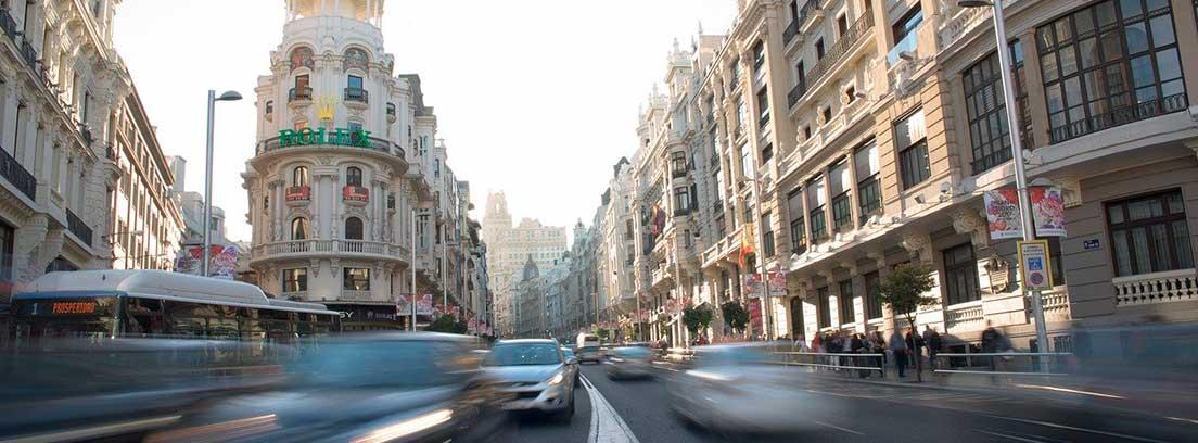 Tráfico en una calle de Madrid