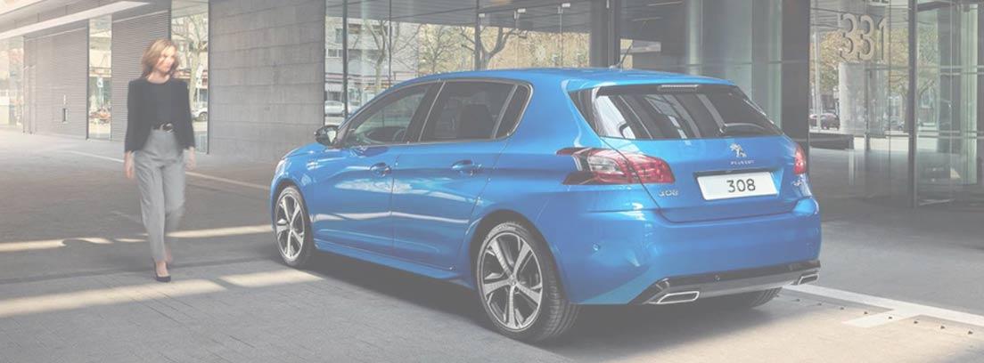 Peugeot 308 azul y mujer al lado
