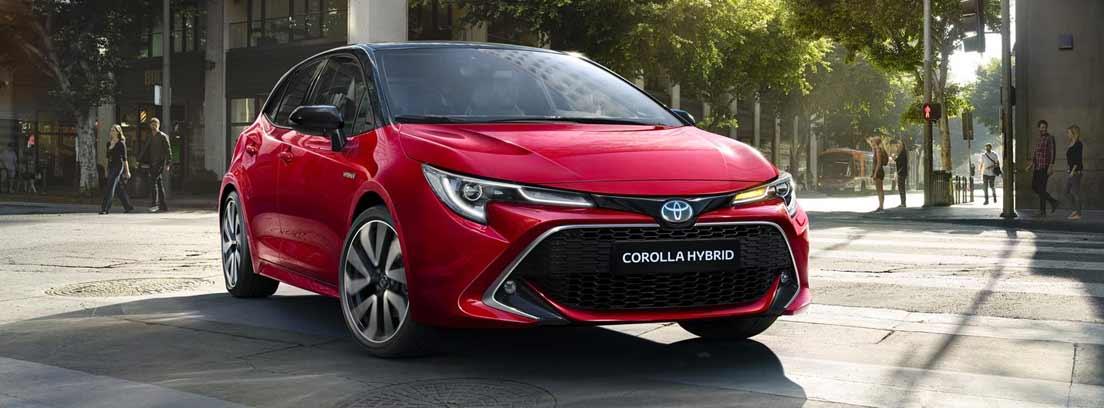 Toyota Corolla rojo en ciudad