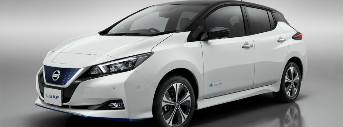 Nissan LEAF blanco sobre fondo gris