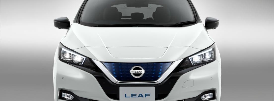 Vista detalle frontal del Nissan LEAF blanco sobre fondo gris