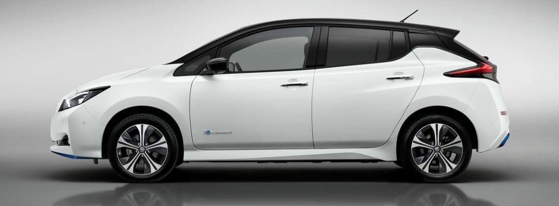 Vista lateral del Nissan LEAF blanco sobre fondo gris