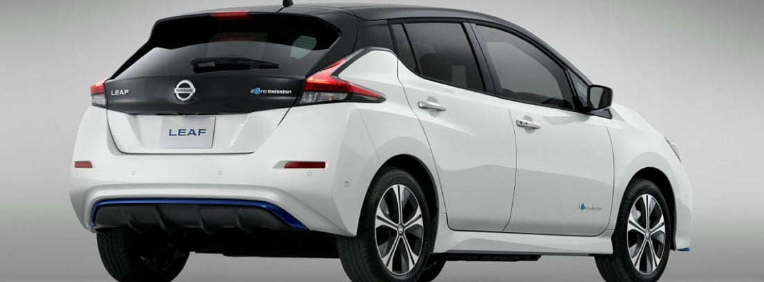 Vista trasera del Nissan LEAF blanco sobre fondo gris