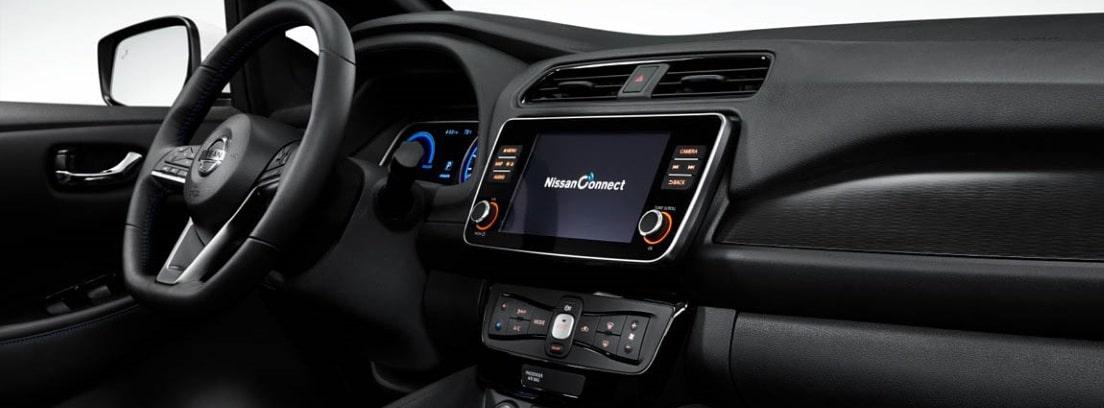 Vista detalle de la pantalla y el volante del Nissan LEAF