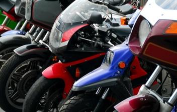 Muchas motos aparcadas