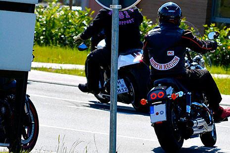 varios moteros sobre sus motos