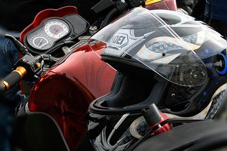casco de moto sobre motocicleta