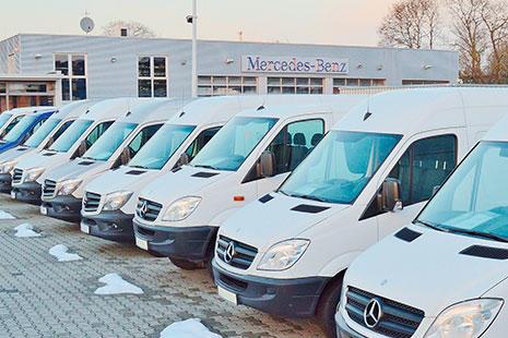 Diferentes furgonetas mercedes blancas puestas en fila