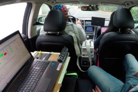Un portatil y varias personas dentro de un coche grande
