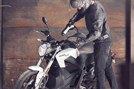 un hombre va a cargar su Moto eléctrica Zero S