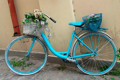 Bicicleta antigua pintada de azul