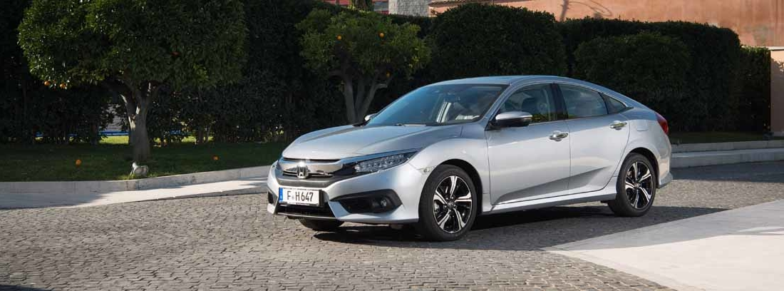 Visión lateral de un Honda Civic Plateado