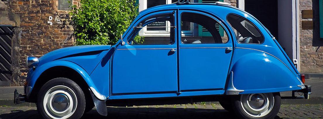 Citroen 2CV de color azul uno de los coches más vendidos en España