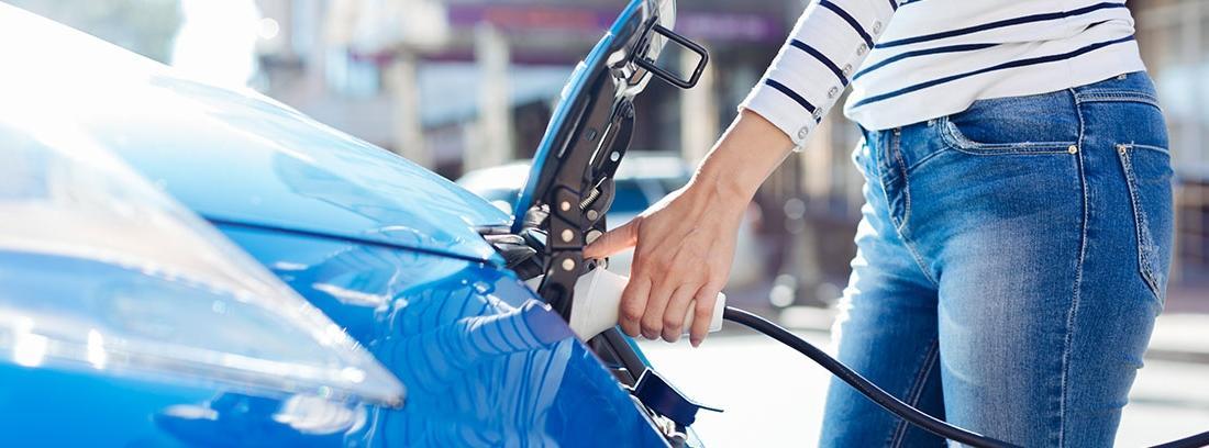 Mujer cargando coche eléctrico