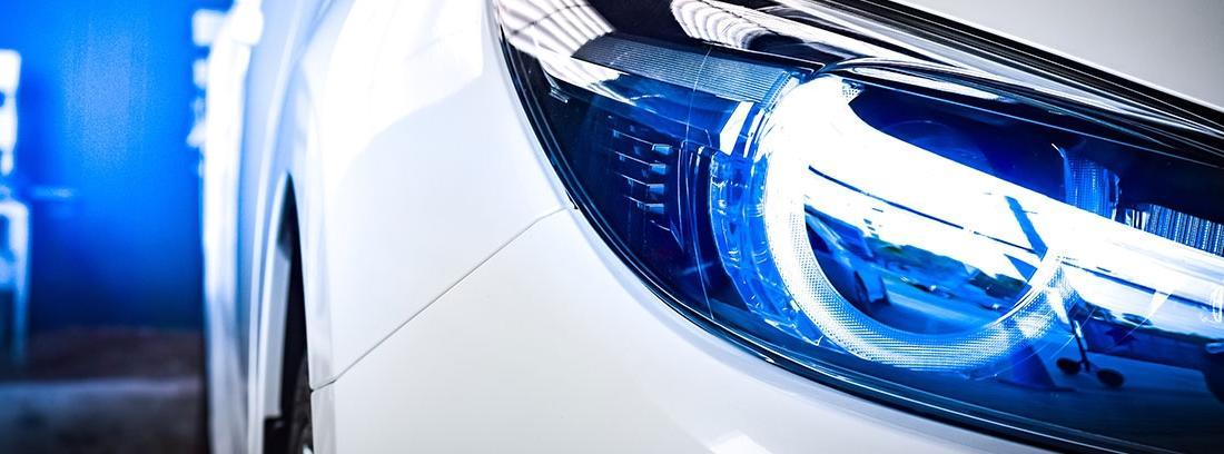 Coche blanco con luces LED en su parte delantera