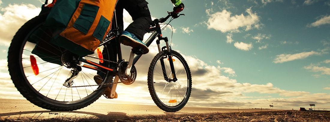 Ciclista realizando una ruta en bicicleta