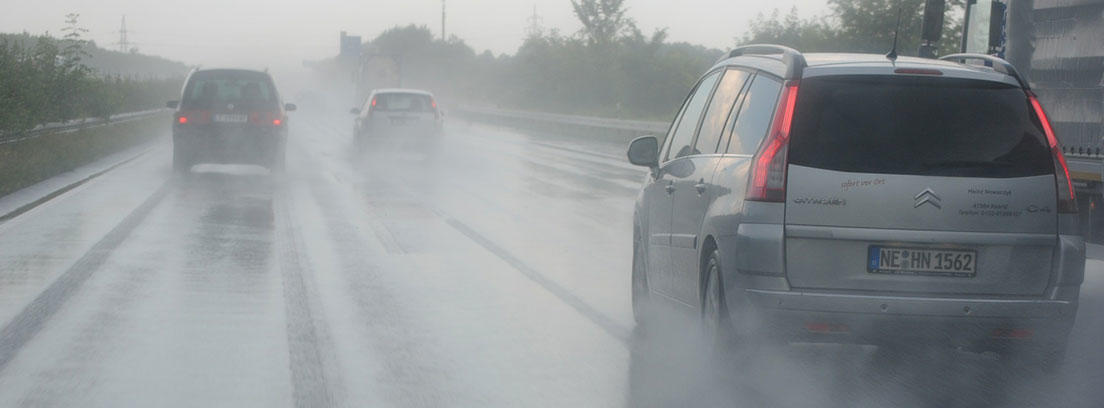 Carretera mojada con tráfico