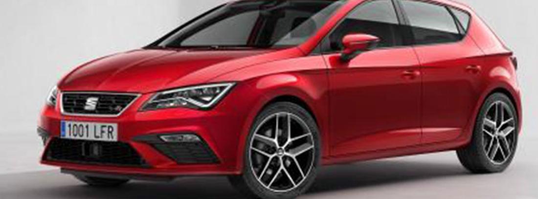 Seat León rojo aparcado en una carretera