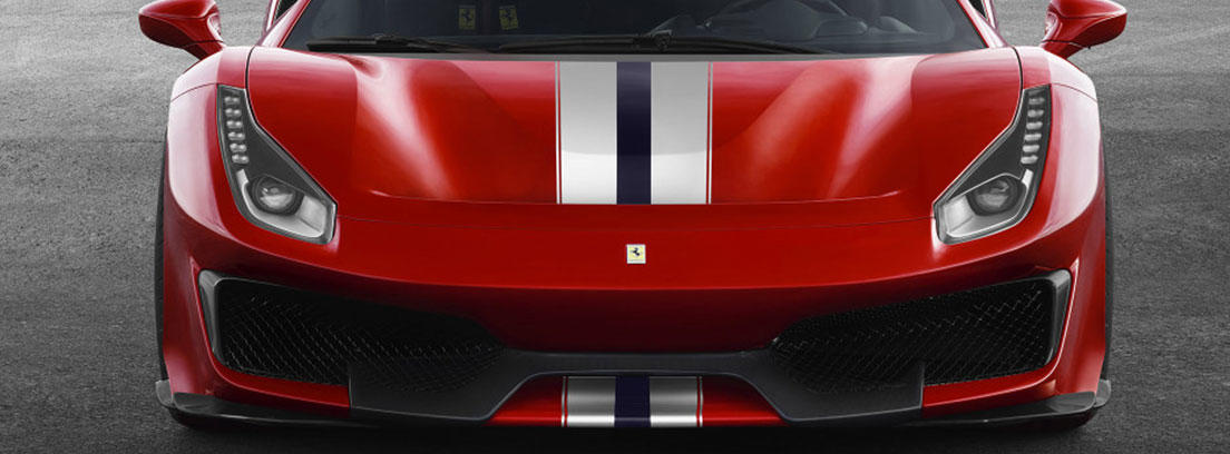 Vista frontal delantera de coche rojo con línea blanca y nedra en el centro del capot.