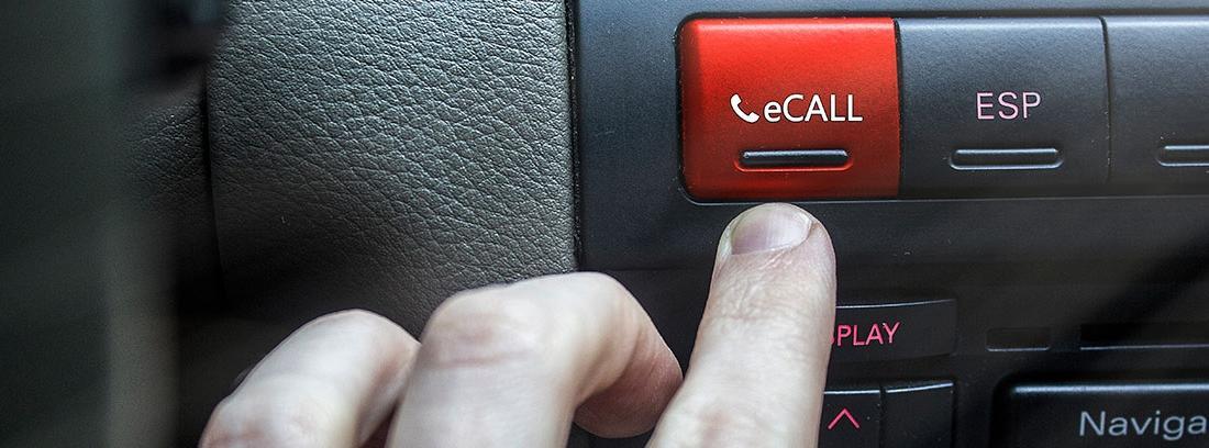 Botón rojo de eCall en el salpicadero negro de un coche.