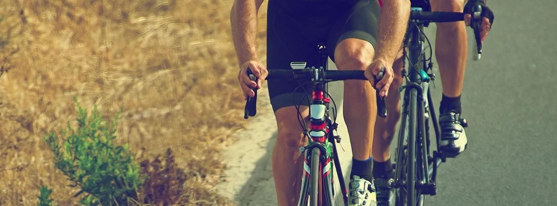 Primer plano de las bicicletas de carretera de unos ciclistas