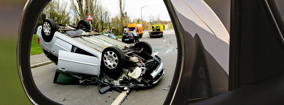 Accidente de tráfico desde el retrovisor de un coche
